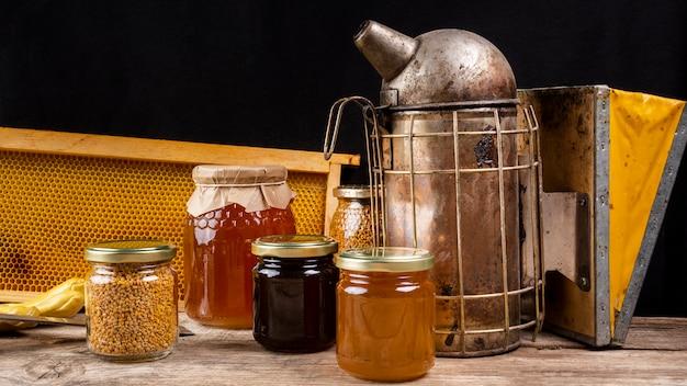 Słoiki Na Miód Z Wędzarnią Pszczół I Plaster Miodu Darmowe Zdjęcia