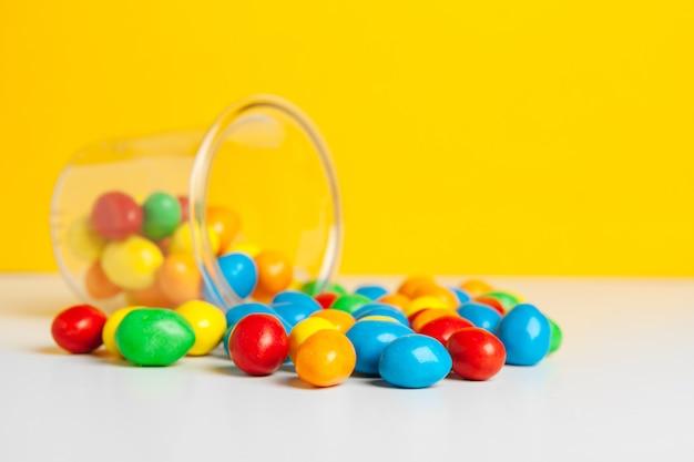 Słoiki Ze Słodkimi Cukierkami Na Stole Premium Zdjęcia
