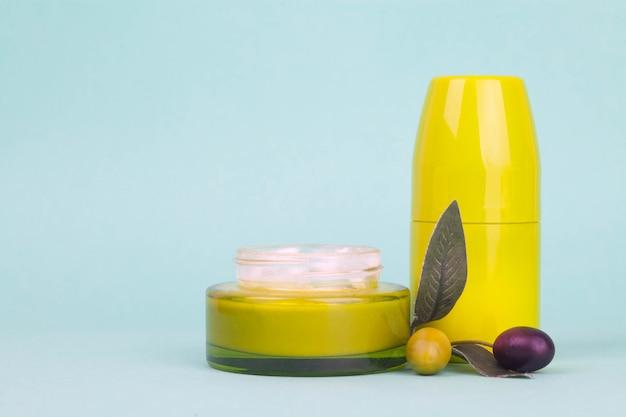 Słój Z śmietanką Z Oliwnym Ekstraktem Na Limonkowym Tle Premium Zdjęcia