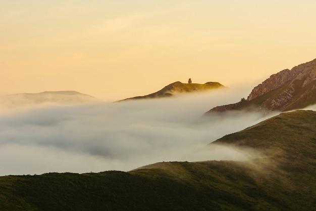 Słoneczny poranek wysoko w górach. mgła na wzgórzach. ałtaj. świt. Premium Zdjęcia