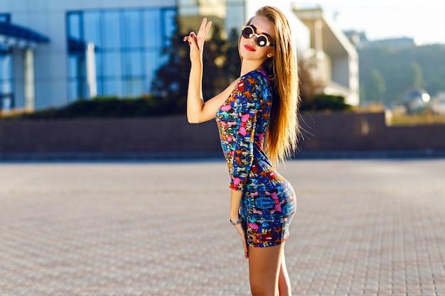 Słoneczny Pozytywny Portret Seksownej, Oszałamiającej Kobiety W Krótkiej Sukience, Skaczącej I Bawiącej Się Na Ulicy, Radość, Szczęście, Weekendy, Jasne Kolory. Darmowe Zdjęcia