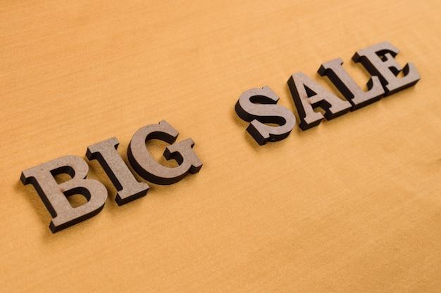 Słowo duża sprzedaż abstrakcyjne drewniane litery Premium Zdjęcia