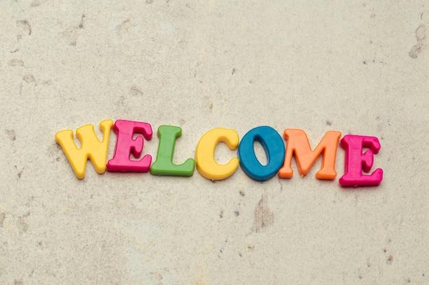 Słowo Powitanie Napisane W Kolorowe Plastikowe Litery Z Bliska Strzał Premium Zdjęcia