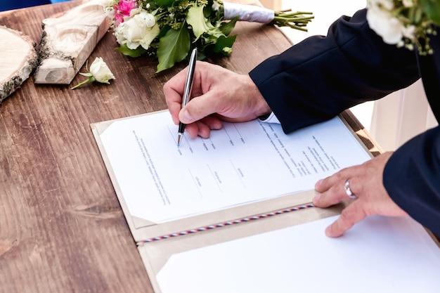Ślub. Para ślubu Opuszcza Swoje Podpisy Premium Zdjęcia