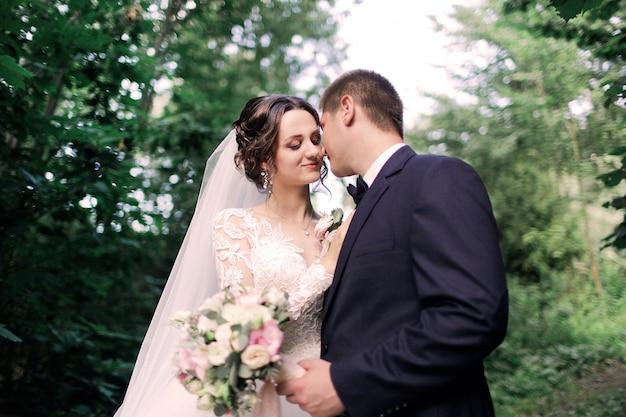 Ślub pary młodej, która całuje Premium Zdjęcia