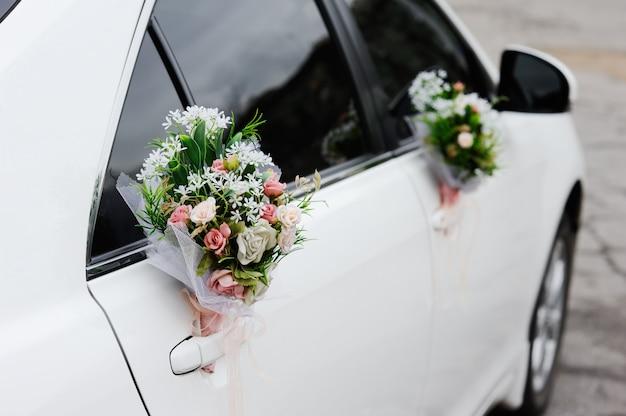 Ślubna dekoracja na ślubnym samochodzie Premium Zdjęcia