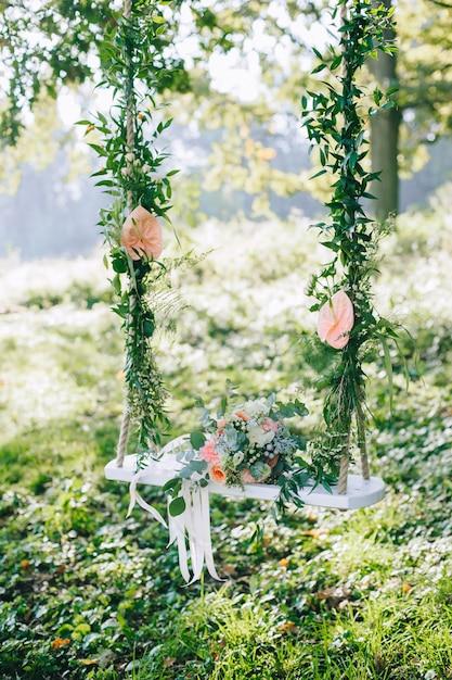 Ślubny Bukiet Róż Beżowych I Różowych Na Zewnątrz Na Ozdobnej Huśtawce Premium Zdjęcia