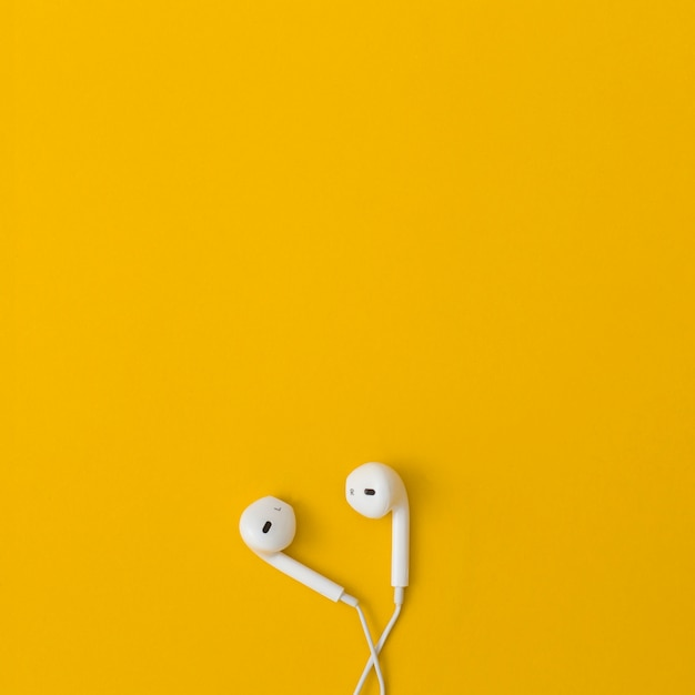 Słuchawka Na żółtym Tle. Premium Zdjęcia
