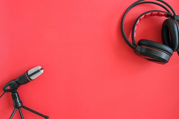 Słuchawki I Mikrofon Na Czerwonym Tle. Muzyka Koncepcyjna Lub Podcast. Widok Z Góry Miejsce Na Kopię Premium Zdjęcia