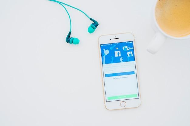 Słuchawki, Kubek Kawy I Telefon Z Facebook App Darmowe Zdjęcia
