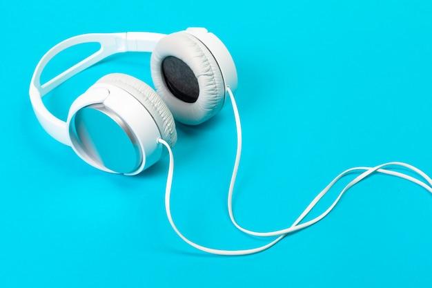 Słuchawki na niebiesko Premium Zdjęcia