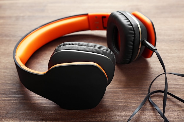 Słuchawki Na Podłoże Drewniane Premium Zdjęcia