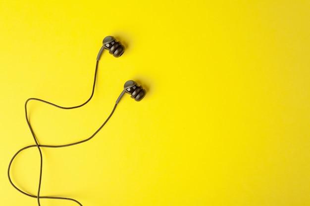 Słuchawki Na żółtej Powierzchni Premium Zdjęcia