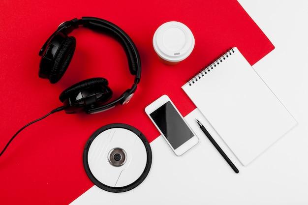 Słuchawki z przewodem na czerwonym i białym Premium Zdjęcia