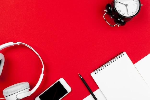Słuchawki z przewodem w kolorze czerwonym i białym Premium Zdjęcia