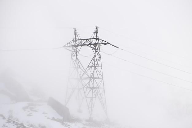 Słup Elektryczny W Mglisty Dzień Darmowe Zdjęcia