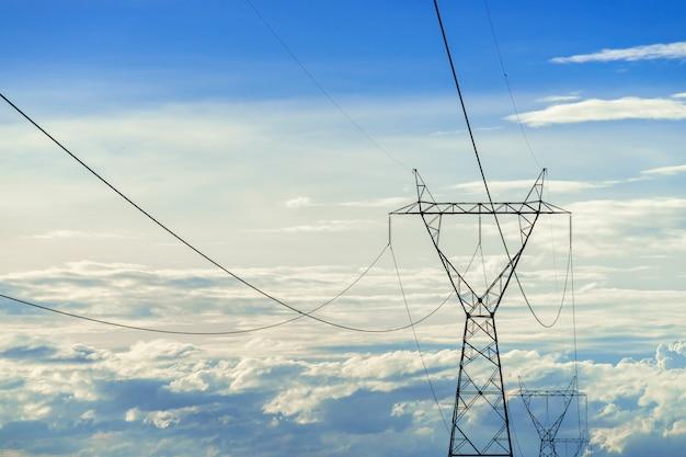 Słup elektryczny wysokiego napięcia, słup wysokiego napięcia na błękitne niebo Darmowe Zdjęcia