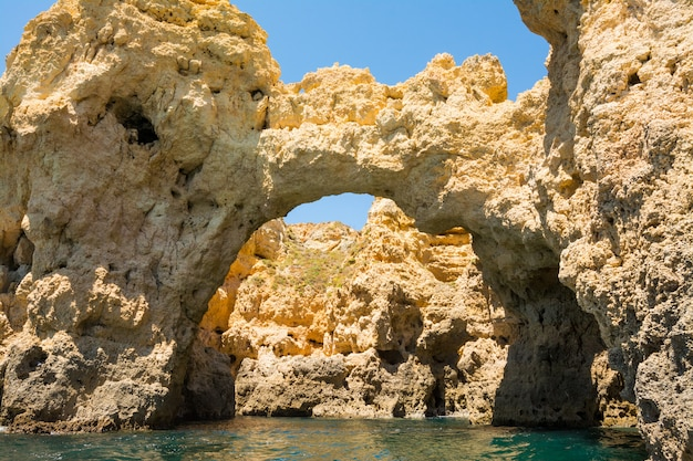 Słynne Skały W Morzu, Oceanie, Lagos W Portugalii. Premium Zdjęcia