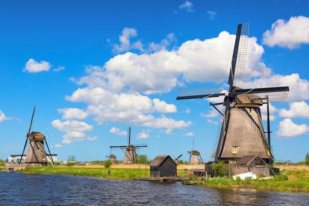 Słynne wiatraki w wiosce kinderdijk w holandii. Premium Zdjęcia