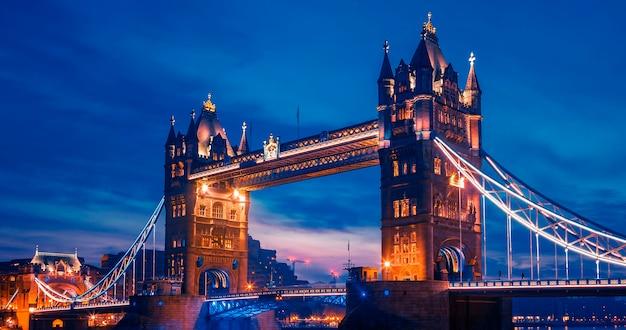 Słynny Tower Bridge Wieczorem, Londyn, Anglia Premium Zdjęcia