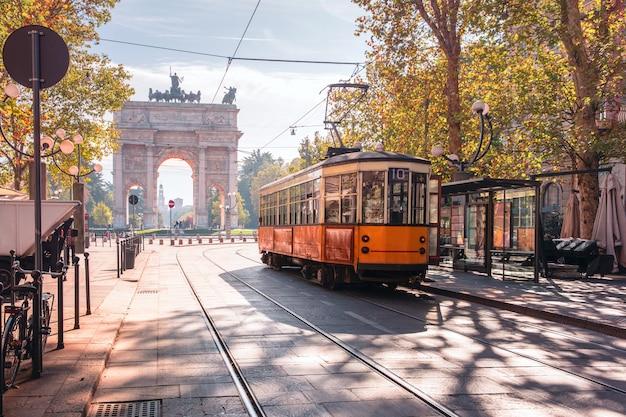 Słynny Zabytkowy Tramwaj Na Starym Mieście W Mediolanie We Włoszech Premium Zdjęcia