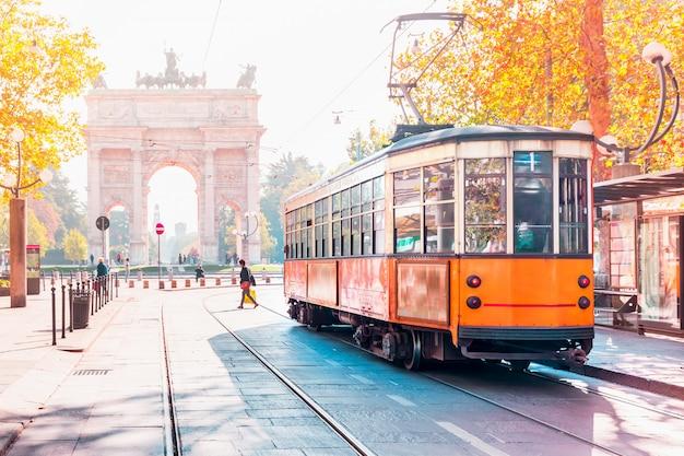 Słynny Zabytkowy Tramwaj W Mediolanie, Lombardia, Włochy Premium Zdjęcia
