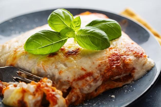 Smaczna Apetyczna Klasyczna Lasagna Na Talerzu Premium Zdjęcia