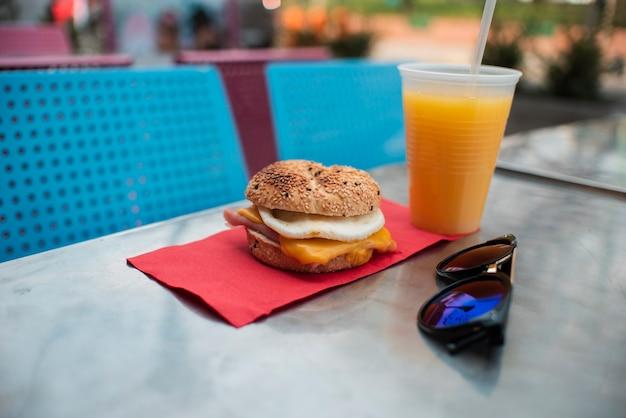 Smaczna aranżacja z cheeseburger i sokiem Darmowe Zdjęcia