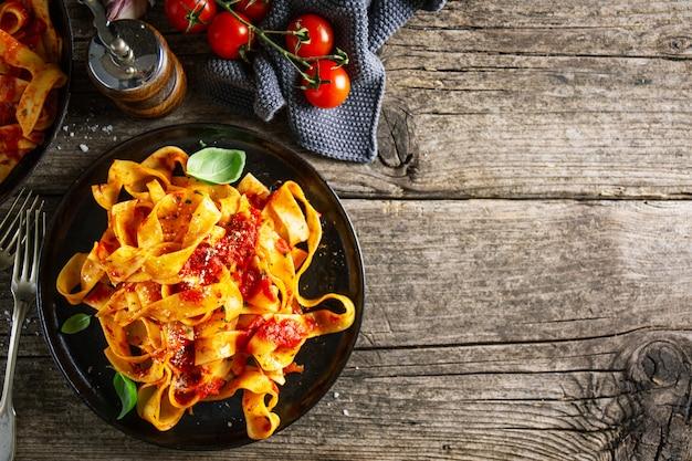 Smaczna włoska pizza z sosem pomidorowym i parmezanem Premium Zdjęcia
