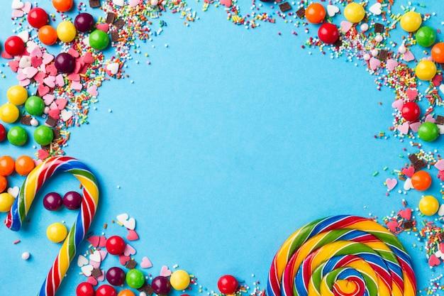 Smaczne apetyczny strona akcesoria na jasnym niebieskim tle Darmowe Zdjęcia