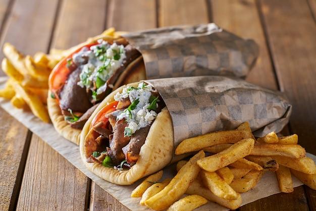 Smaczne Greckie Gyros Z Frytkami Z Fetą I Sosem Tzattziki Premium Zdjęcia