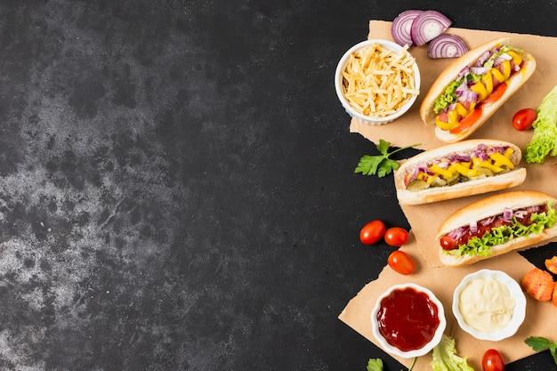 Smaczne hot-dogi na czarnym stole z łupków Darmowe Zdjęcia