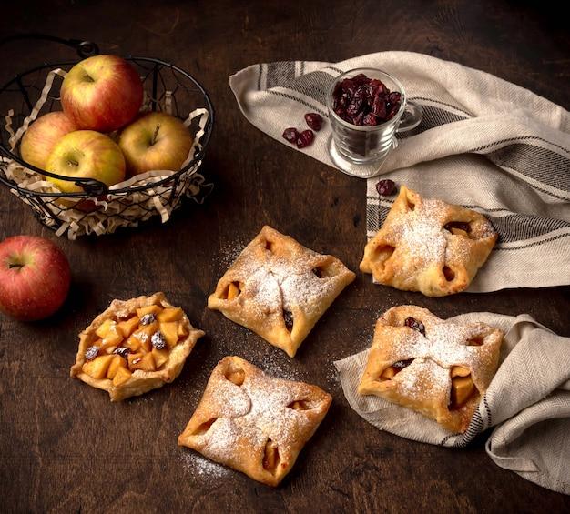 Smaczne Mini Tarty Jabłkowe Z Cukrem Pudrem Na Ciemnym Tle Rustykalnym Premium Zdjęcia