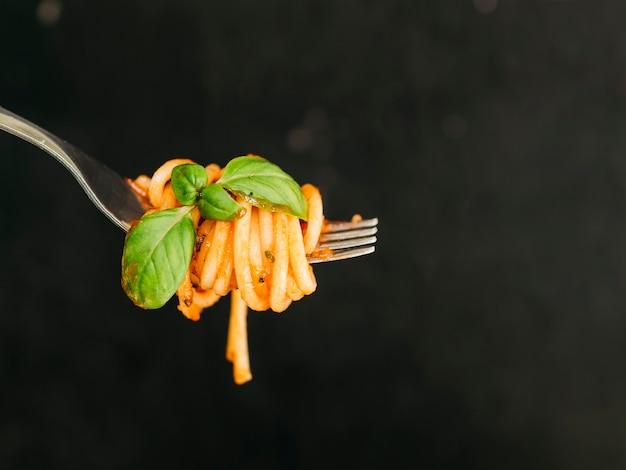 Smaczne Spaghetti Owinięte Wokół Widelca Darmowe Zdjęcia