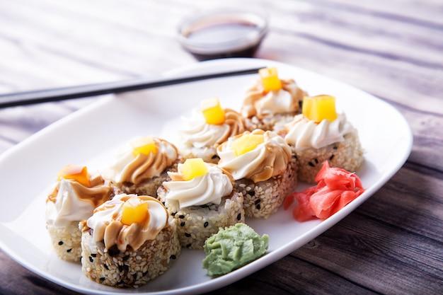 Smaczne Sushi Z Imbirem, Wasabi I Sosem Sojowym Premium Zdjęcia