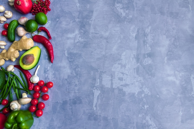 Smaczne świeże Letnie Surowe Organiczne Przeciwutleniacze Kolorowe Warzywa I Owoce Warzywa: Awokado, Pomidor, Czosnek, Chili, Imbir Na Białym Tle Na Szarym Tle. Wegańskie I Wegetariańskie Zdrowe Jedzenie Koncepcja Jedzenia Premium Zdjęcia