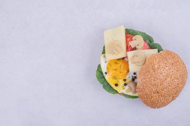 Smaczny Burger Z Pomidorami, Serem, Sałatą Na Białym Tle. Darmowe Zdjęcia