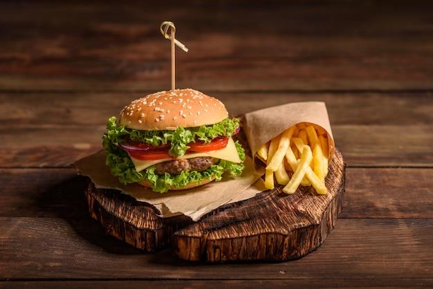 Smaczny Grillowany Domowy Burger Z Wołowiną Premium Zdjęcia