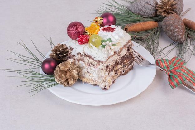 Smaczny Kawałek Ciasta Z Szyszkami I Gałęzią Drzewa Darmowe Zdjęcia
