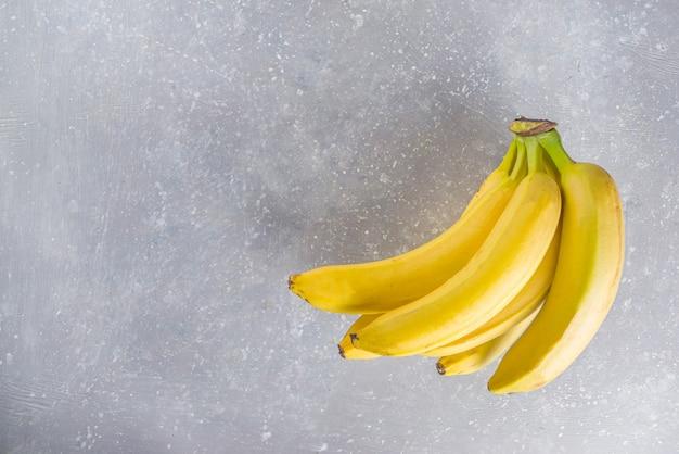 Smaczny żółty Banan Na Szarym Betonowym Stole Premium Zdjęcia