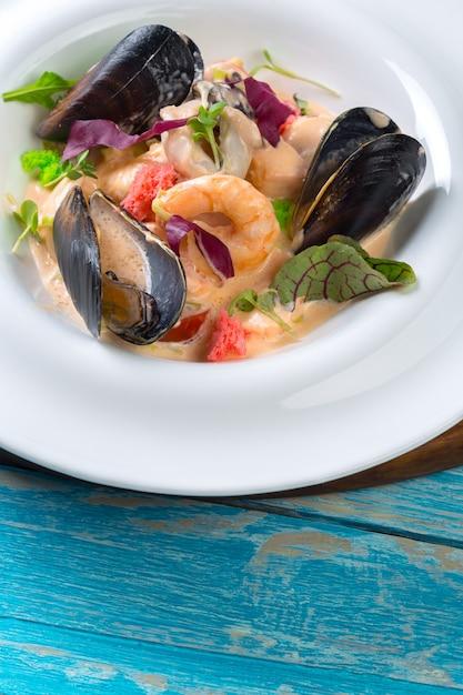 Smakowity Owoce Morza Na Talerzu Na Stołowym Zakończeniu Premium Zdjęcia