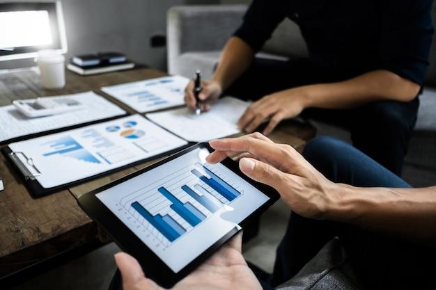 Smart Business Executive Partner Analizujący Wycenę Na Cyfrowym Tablecie I Papierze Danych Premium Zdjęcia