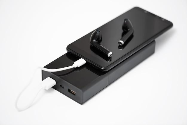 Smartfon, Słuchawki Bezprzewodowe I Power Bank Na Białym Tle, Premium Zdjęcia