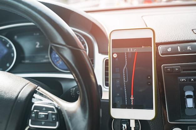 Smartfon Z Otwartą Aplikacją Do Nawigacji Gps Na Torpedzie W Samochodzie Premium Zdjęcia