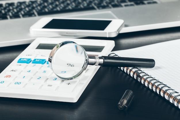 Smartphone I Komputerowa Klawiatura Na Biuro Stołu Zakończeniu Up Premium Zdjęcia