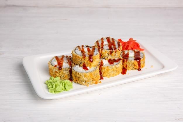 Smażona Japońska Bułka Z Sosem Tiriaki. Tradycyjna Kuchnia Japońska, Menu Premium Zdjęcia