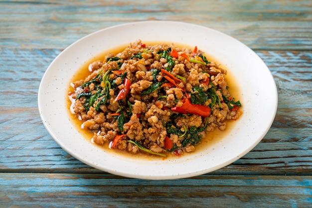 Smażoną Tajską Bazylię Z Mieloną Wieprzowiną Premium Zdjęcia