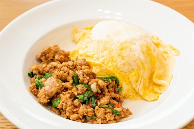 Smażona Wieprzowina I Bazylia Z Kremowym Omletem Na Ryżu - Azjatyckie Jedzenie Premium Zdjęcia