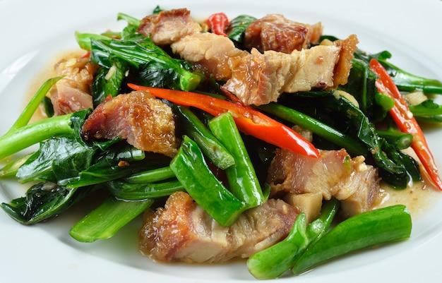 Smażone Chińskie Brokuły Z Chrupiącą Wieprzowiną Premium Zdjęcia