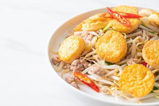 Smażone Kiełki Fasoli, Tofu Z Jajkiem I Mielona Wieprzowina Premium Zdjęcia